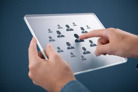 discriminacion: Los recursos humanos, auditoría personal, CRM, y el concepto de centro de evaluación - reclutador selecto empleado o jefe de equipo representado por el icono en la tablilla de cristal futurista Foto de archivo