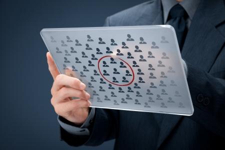 Concepto de segmentación de Marketing - hombre de negocios con futurista tablet selecto segmento de nicho de clientes