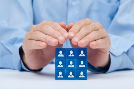 Customer care, zorg voor medewerkers, vakbond, CRM,-en levensverzekeringen concepten Bescherming gebaar van zakenman of personeel en glazen blokjes met pictogrammen die groep mensen Stockfoto