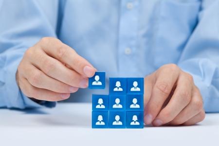 recoger: Los recursos humanos, redes sociales, el concepto de centro de evaluación, auditoría personal o concepto CRM - reclutador del equipo completo de una persona Los empleados están representados por cubos de cristal azul con los iconos