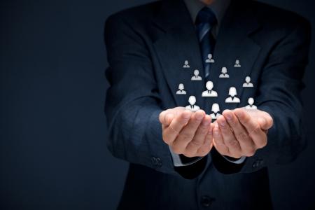 vida social: La atención al cliente, la atención de los empleados, sindicato, CRM, y los conceptos de seguro de vida Proteger gesto del empresario o del personal y los cubos de cristal con los iconos de grupo que representa a las personas