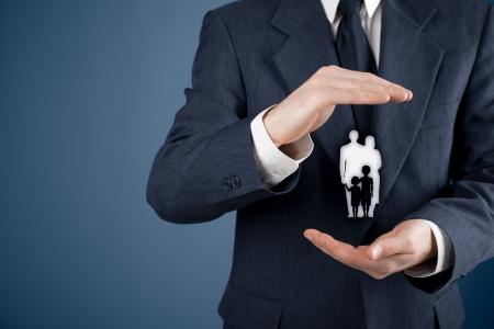 Familie Lebensversicherung, Dienstleistungen für Familien, Familienpolitik und die Unterstützung von Familien Konzepte Geschäftsmann mit schützenden Geste und Silhouette, die junge Familie Standard-Bild - 21454318