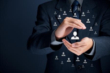 Patron, customer care, de zorg voor medewerkers, levensverzekeringen en marketing segmentatie concepten Bescherming gebaar van zakenman of personeel en pictogrammen die groep mensen