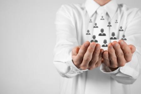 recursos humanos: Conceptos de atenci�n al cliente, atenci�n para los empleados, sindicatos, CRM, y de seguro de vida Proteger gesto de hombre de negocios o personal con los iconos representan grupos de personas Foto de archivo