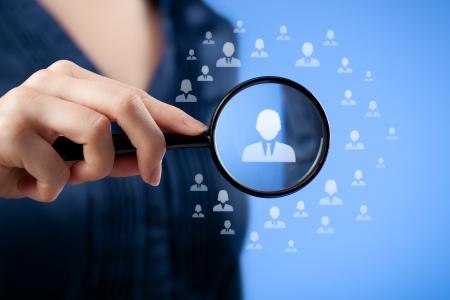 인적 자원, CRM, 데이터 마이닝, 평가 센터 및 소셜 미디어 개념 - 여자가 아이콘으로 표시 직원을 찾고