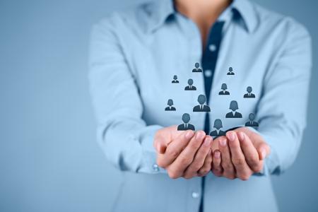 lider: De atenci�n al cliente, atenci�n para los empleados, sindicatos, CRM, y de seguro de vida conceptos. Proteger gesto de negocios o personal con los iconos representan grupos de personas.