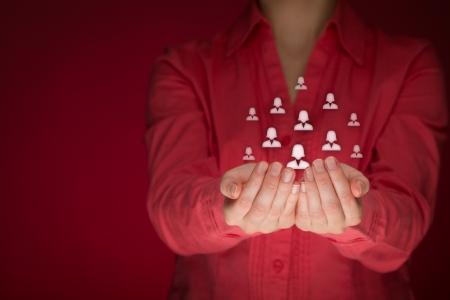feminismo: El feminismo, el cuidado femenino del cliente, la atenci�n de los empleados, sindicato, CRM, y los conceptos de seguros de vida. Proteger gesto de la mujer o del personal con los iconos de grupo de mujeres que representan. Foto de archivo
