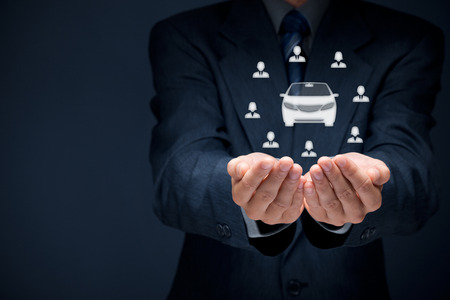 cooperativismo: Hombre de negocios con gesto que da y el icono de coche y grupo de personas Foto de archivo
