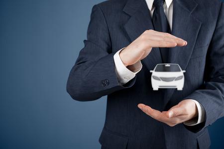 seguros: Hombre de negocios con gesto protector y el icono de coche