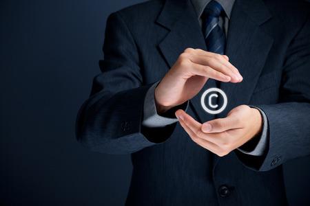 creador: Derechos de autor, las patentes y la ley de protección de la propiedad intelectual y los derechos de autor con gesto protector y símbolo de copyright