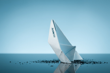 Metafora di affari in calo (organizzazione) come affondamento della nave.