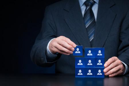 auditor�a: Los recursos humanos, redes sociales, concepto de centro de evaluaci�n, auditor�a personal o concepto CRM - reclutador equipo completo por una sola persona. Los empleados est�n representados por cubos de cristal azul con los iconos.