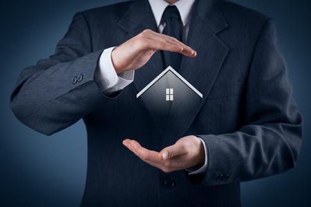 viviendas: El seguro de propiedad y el concepto de seguridad. Proteger gesto del hombre y el símbolo de la casa.