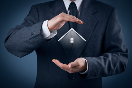 Makelaar verzekeringen en veiligheidsconcept. Het beschermen van gebaar van de mens en het symbool van het huis.
