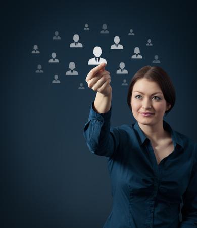 Recursos humanos e conceito de rede social - feminino recrutador oficial selecionar novo funcion Imagens