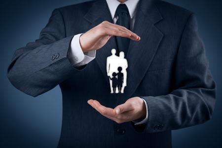 Family levensverzekeringen, familie-diensten, gezinsbeleid en het ondersteunen van gezinnen concepten. Zakenman met beschermende gebaar en silhouet vertegenwoordigen jonge familie. Stockfoto
