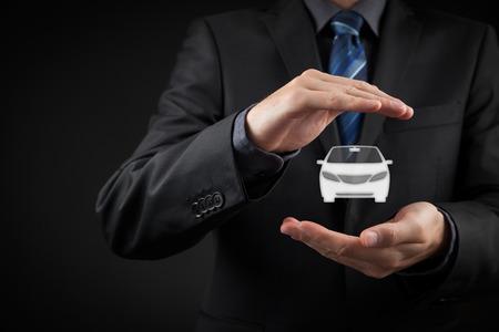 Auto (Automobil) Versicherungs-und Vollkasko-Konzepte. Geschäftsmann mit Schutz Geste und Symbol des Autos. Standard-Bild