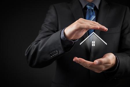 agent de sécurité: L'assurance des biens et le concept de sécurité. Protéger geste de l'homme et le symbole de la maison.