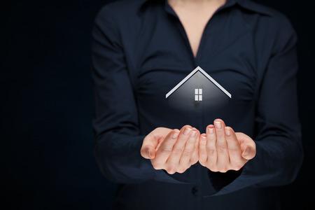 Makelaar aanbod huis. Eigendom verzekering en veiligheidsconcept. Stockfoto