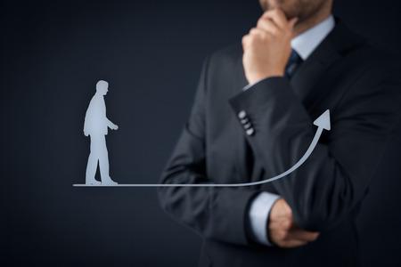 persoonlijke groei: Persoonlijke ontwikkeling (persoonlijke groei), succes, vooruitgang en mogelijke concepten. Coach (human resources officer, begeleider) op de achtergrond begeleiden groei zakenman. Stockfoto