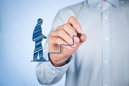 Desarrollo personal (crecimiento personal), el éxito, el progreso y conceptos potenciales. Entrenador masculino (oficial de recursos humanos, supervisor) dibujar escaleras para ayudar a los empleados con su crecimiento.