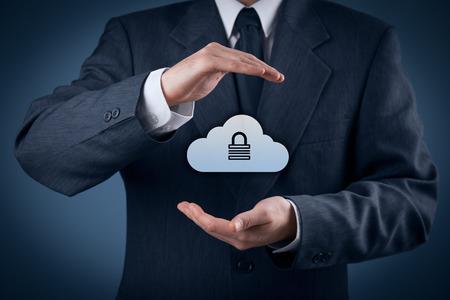 protecci�n: Concepto de seguridad de almacenamiento en la nube. Vigilancia y seguridad del almacenamiento de datos cloud computing. Proteger gesto de especialista en el manejo de datos de seguridad y el icono de la nube con candado. Foto de archivo
