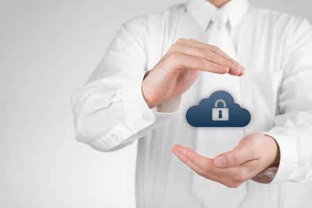 Nube concetto di sicurezza di storage. Sicurezza e la sicurezza della memorizzazione dei dati cloud computing. Proteggere gesto di specialista di gestione di dati di sicurezza ed icona nube con lucchetto.