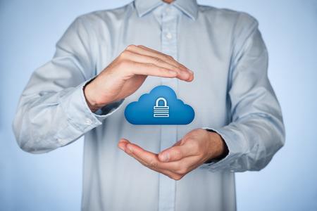 Concept de sécurité de stockage Cloud. spécialiste de la gestion de données de sécurité pense à la sécurité du stockage de données de cloud computing cloud représenté par l'icône avec un cadenas. Banque d'images - 35164496