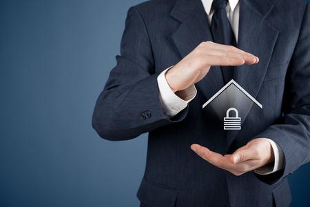 caja fuerte: Concepto de seguridad de la propiedad. Proteger gesto del hombre y el s�mbolo de la casa con candado. Foto de archivo