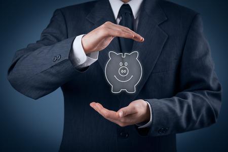 Protégez votre argent (d'épargne financière) et les soins financière (services) concept. Conseiller financier (de conseiller financier) avec un geste de protection et tirelire. Banque d'images