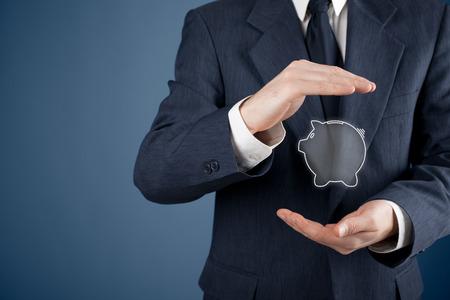 dinero: Proteja su dinero (ahorro financiero) y la atención financiera (servicios) concepto. Asesor financiero (asesor financiero) con gesto protector y alcancía.