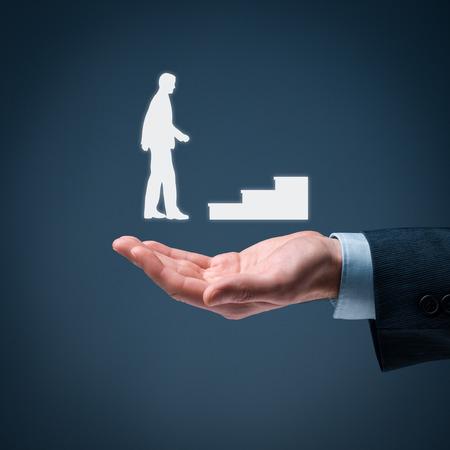 superacion personal: El desarrollo personal, crecimiento personal y profesional, �xito, progreso y conceptos potenciales. Coach (oficial de recursos humanos, supervisor) y la ayuda de los empleados con su crecimiento simbolizado por las escaleras.
