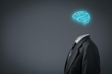 psicologia: Líder de pensar acerca de los negocios, creatividad, visión de negocio y concepto cazatalentos. El hombre de negocios sin cabeza sólo con el cerebro. Foto de archivo