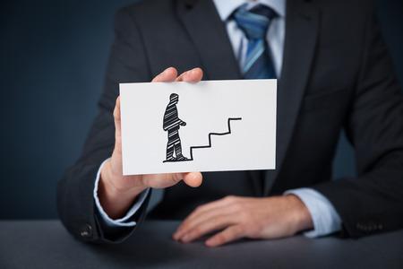 persoonlijke groei: Persoonlijke ontwikkeling (persoonlijke groei), succes, vooruitgang, potentieel en carrière concepten. Mannelijke coach (human resources officer, supervisor) met kaart en getekend trap naar werknemer te helpen met zijn carrière groei. Stockfoto