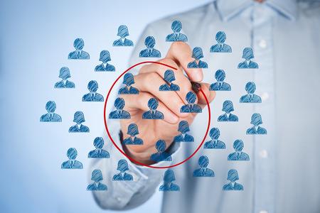 마케팅 세분화 개념 - 고객의 선택 세그먼트 (틈새 시장)와 사업가.