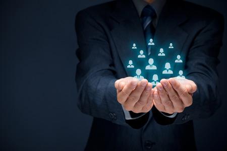 Customer care, zorg voor medewerkers, vakbond, human resources zwembad, levensverzekeringen, uitzendbureau en marketing segmentatie concepten. Beschermen gebaar van zakenman of personeel en pictogrammen die groep mensen.