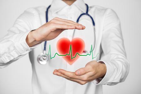 salud: Proteger la salud (salud) y la prevenci�n de problemas card�acos concepto (cardiolog�a). Cardi�logo con gesto protector y el s�mbolo del coraz�n y ECG latido.