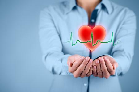 SALUD: Proteger la salud (salud) y la prevención de problemas cardíacos concepto (cardiología). Cardiólogo con gesto protector y el símbolo del corazón y ECG latido.