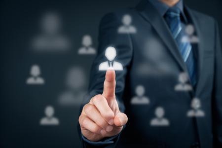 supervisión: Oficial de recursos humanos elija empleado de pie fuera de la multitud. Seleccione concepto jefe de equipo. Cliente de Marketing dirigido concepto.