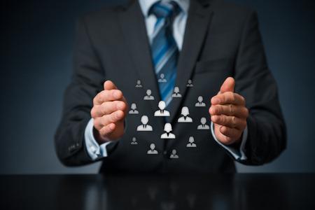 顧客ケア、従業員、労働組合、生命保険、顧客関係管理 (CRM) および人的資源概念のケア。ビジネスマンや人事や人々 のグループを表すアイコンの保 写真素材