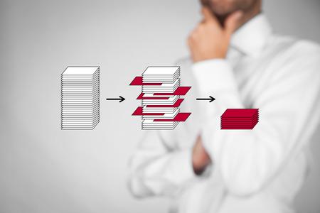 La minería de datos de proceso (dataminig) y análisis de grandes datos (bigdata) concepto cuestión. Analista pensar en datos estructurados y pertinentes. Foto de archivo