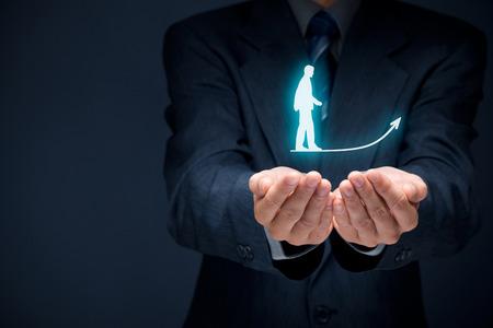 Persoonlijke ontwikkeling, persoonlijke en carrière groei, succes, vooruitgang, motivatie en potentiële concepten. Coach (human resources officer, supervisor) helpt werknemer met zijn groei.