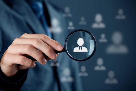 recursos humanos: La atenci�n individual servicio al cliente, personalizaci�n, segmentaci�n de marketing y orientaci�n, gesti�n de relaciones con clientes (CRM) y headhunter recursos humanos conceptos. Hombre de negocios con lupa se centr� en una sola persona.