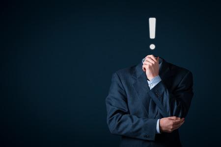 poner atencion: Hombre de negocios tiene idea. Una idea es representado por un signo de exclamación.