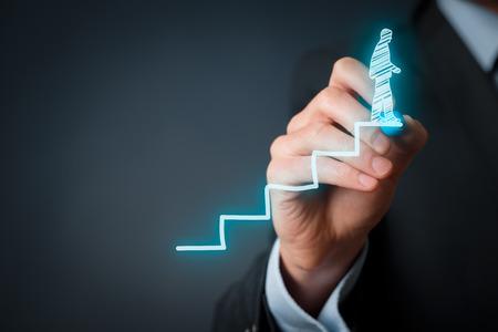 gerente: El desarrollo personal, profesional y personal terminado el crecimiento, el éxito, el progreso, la motivación y conceptos potenciales. Coach (oficial de recursos humanos, supervisor) ayuda a los empleados con su crecimiento. Foto de archivo