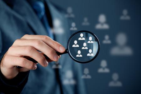 recursos humanos: Concepto p�blico objetivo al cliente Marketing. Oficial de recursos humanos eligen empleados de pie fuera de la multitud.