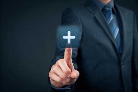Empresario clic sobre el botón más, símbolo de algo positivo (como beneficios, desarrollo personal, las redes sociales).