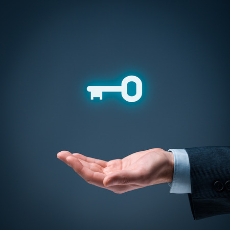 Businessman (Berater, Coach, der Führer, CEO oder anderen Geschäftsperson) bieten Schlüssel zum Erfolg. Schlüsselfertige Lösung und Dienstleistungskonzept. Standard-Bild