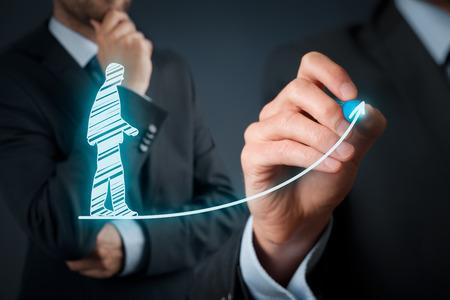 Persoonlijke ontwikkeling, persoonlijke en carrière groei, succes, vooruitgang, motivatie en potentiële concepten. Coach (human resources officer, supervisor) helpt werknemer met zijn groei. Stockfoto - 37393451