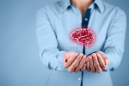 proteccion: La ley de propiedad intelectual y la protección de los derechos de autor y patentes concepto. Proteger las ideas de negocio, salud mental, psicólogo y conceptos headhunter. Foto de archivo